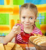 Kleine Mädchen essen Milch Desser
