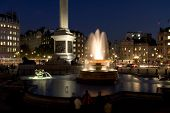 Trafalgar Square bei Nacht