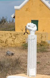 pic of slavery  - Statue commemerationg the start of the slavery revolt on Curacao in 1795 - JPG