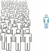 Persona sobresaliente con una multitud de gente gris símbolo