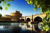 Río San Angel Fortress y Tiber en Roma, Italia