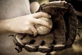 Fastball grip  in baseball glove with vintage look