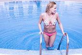 sexy Frau verlassen den pool