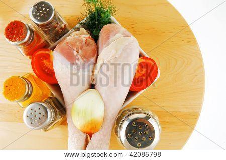 Постер, плакат: изображение из свежего сырого куриного ноги и специи, холст на подрамнике