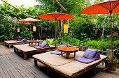Guarda-chuva tradicional tailandesa e relaxamento cama perto do jardim