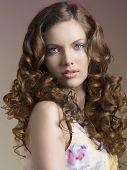 Morena bonita com cabelo encaracolado