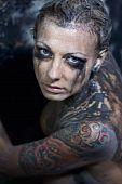 Joven tatuada