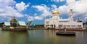 Постер, плакат: Sultan Omar Ali Saifuddin Mosque in Bandar Seri Begawan Brunei