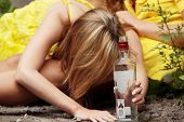 Dependência de álcool Teen (adolescentes bêbados com garrafa de vodka)
