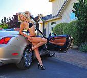 Постер, плакат: Бикини одетые блондинка deauty опираясь на автомобиль