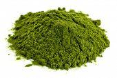 un pequeño montón de polvo de hierba de trigo orgánico liofilizado verde, nutricional suplemento
