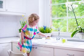 pic of tapping  - Child washing dishes - JPG