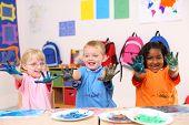 Niños de preescolares con pintura en las manos