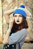 Junge Frau im blauen Hut
