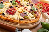 pizza de salame e vegetal com ingredientes