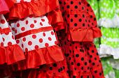 primer plano de algunos flamenco vestidos típico de España