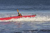 Постер, плакат: Каяк серфер ударяя грубой волны