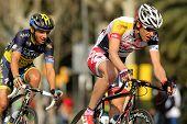 BARCELONA - el 24 de marzo: Tim Wellens(R) y Karsten Kroon(L) paseo durante el Tour de Cataluña ciclismo