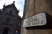 Sign pointing to the Edinburgh Castle