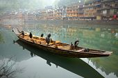 Corvos-marinhos aves no barco. Tradicional chinesa antiga