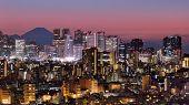 Horizonte de Shinjuku, Tokio, Japón con MT. Fuji visible