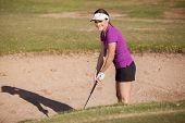 Golfista feliz en una trampa