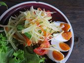 foto of green papaya salad  - closed up papaya salad with salted egg