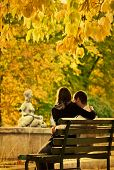 Romantisch paar op een bankje in het najaar park