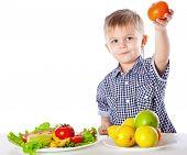 Постер, плакат: Мальчик и тарелку овощи и фрукты Изолированные на белом фоне