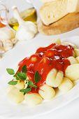 Fideos de patata Italiano, gnocchi di patata con salsa de tomate y orégano