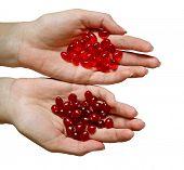 Pílulas e bagas (arando) nas palmas das mãos