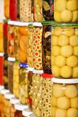 Gemüsemarkt in Marokko: eingelegte Oliven und Gemüse