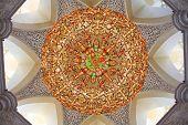 Decoración de la mezquita Sheikh Zayed y más grande en la lámpara del mundo. Abu Dhabi, United Arab Emirat