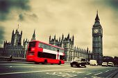 London, UK. Red Bus in Bewegung und Big Ben, der Palace of Westminster. Die Symbole von England in vi