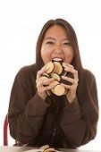 Frau essen Handvoll von Cookies