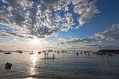 pôr do sol sobre a praia da armação, na bela cidade brasileira típica de Búzios, perto de rio de janeiro eu