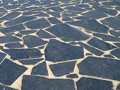 Belo piso de ardósia preto com blocos assimétricos