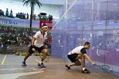 DAMANSARA - 15 SEP: Drop shot de Mohamed El Shorbagy persecuciones (izquierda) Tarek Momen en la final Varonil de