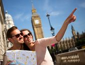 Happy Summer-Urlauber in London mit eine Karte