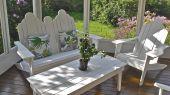 Sofá de dos plazas y Adirondack sillas