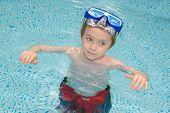 Постер, плакат: Мальчик в плавательный бассейн
