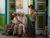 Editorial: Hombres descansando en Salento