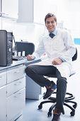 Постер, плакат: исследования и наука доктор студент людей в ярких лаборатории представляющие образование химия