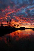 Espectacular puesta de sol rojo reflejada en California