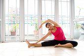 Young Asian feminino fazendo exercícios de alongamento em um ambiente calmo e tranquilo