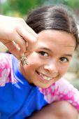 Junges Mädchen zeigt ihre kleine Einsiedlerkrebs nahm sie vom Ufer