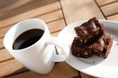 Постер, плакат: Чашка черного кофе с шоколадом домового на стороне