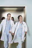 Médicos masculinos y femeninos, quedando sin ascensor