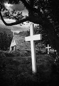 alte Island Kirche und Friedhof Gras Dach Gebäude und weiße Kreuze im Friedhof schöne Traditi