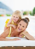Portret van gelukkige moeder en Baby bij zwembad